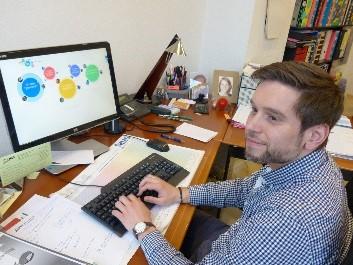 Benjamin Wockenfuß, ehemaliger Projektleiter von Webcare, sitzt am Schreibtisch.