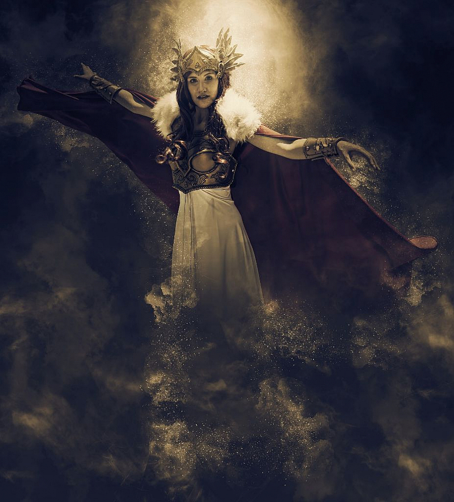 Eine Frau trägt eine Krone und ein königliches Gewand, wie es nur in einer Fantasiewelt vorkommt.