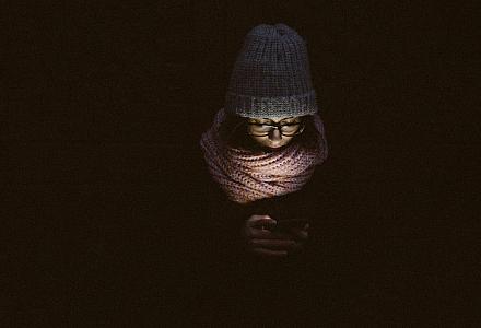 Smartphone in der Nacht, Nachrichten checken und beantworten