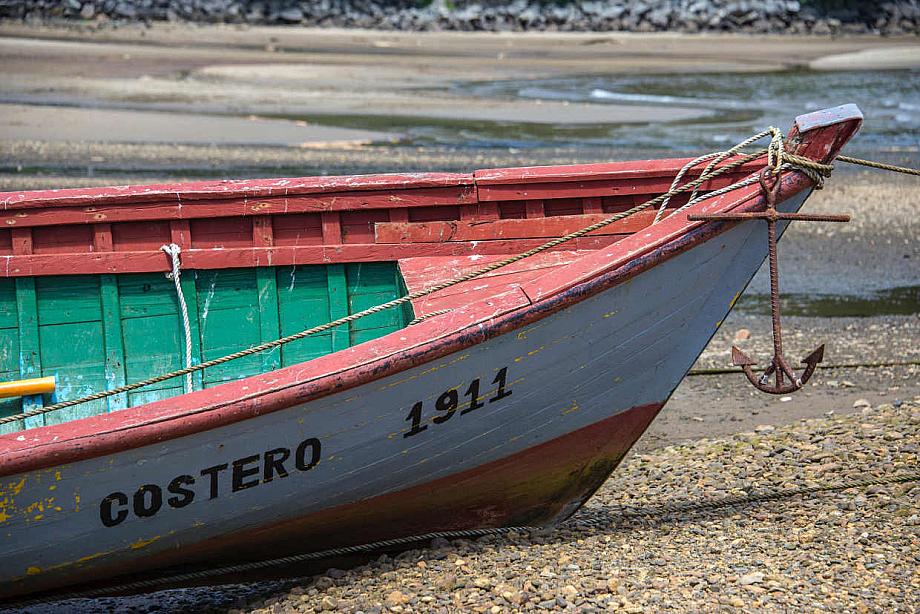 Ein Boot liegt mit Anker am Ufer.