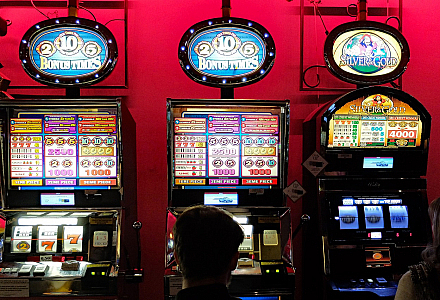 Bunte Spieleautomaten vor einer roten Wand