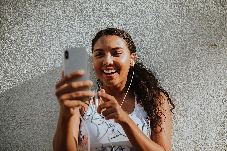 Person spricht in einem Videochat über ihr Smartphone