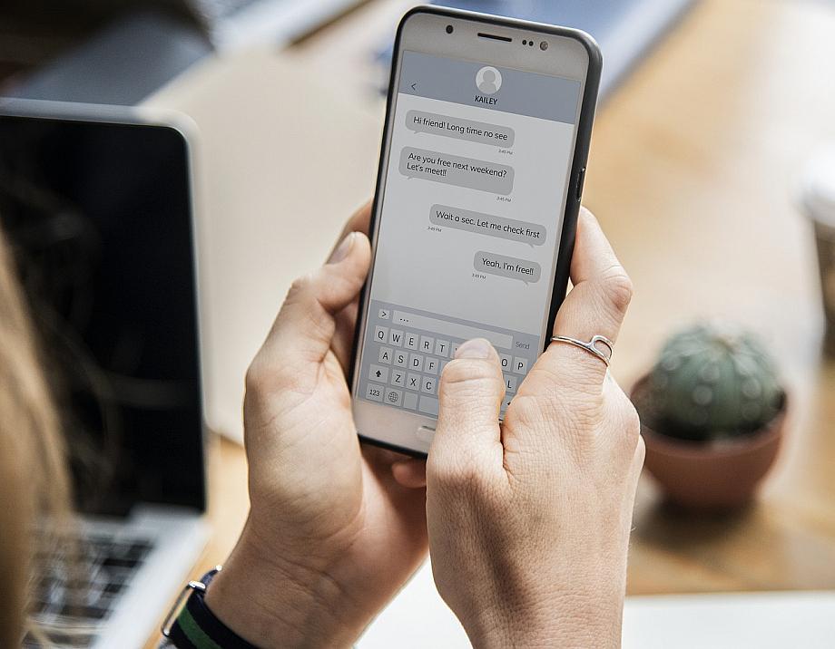 Person tippt etwas in eine Messenger App, die nicht Whatsapp ist