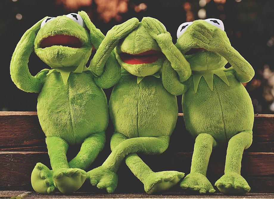 Drei Mal Kermet, der Frosch, der sich wie die drei chinesischen Affen Ohren, Augen und den Mund zuhält.