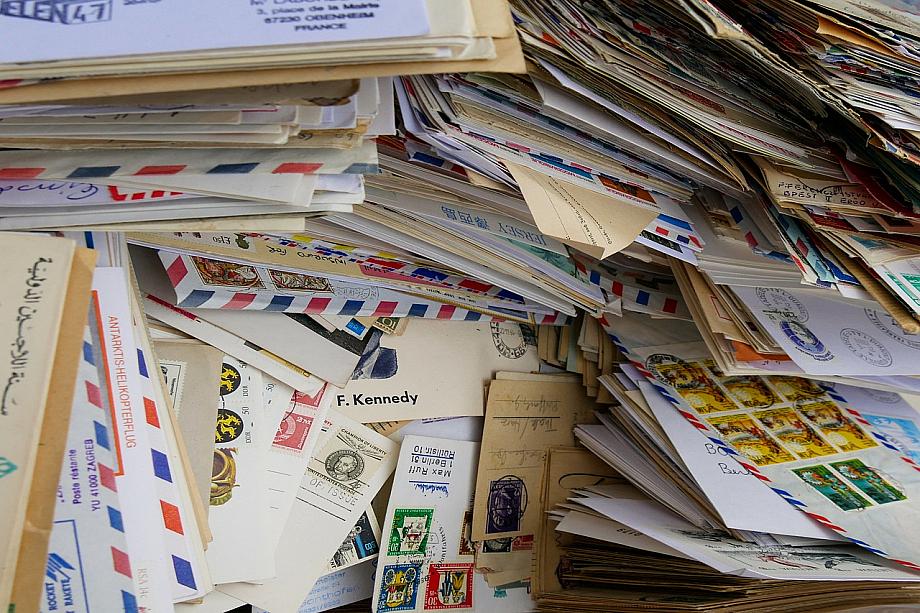 Viele Briefe auf einem Haufen