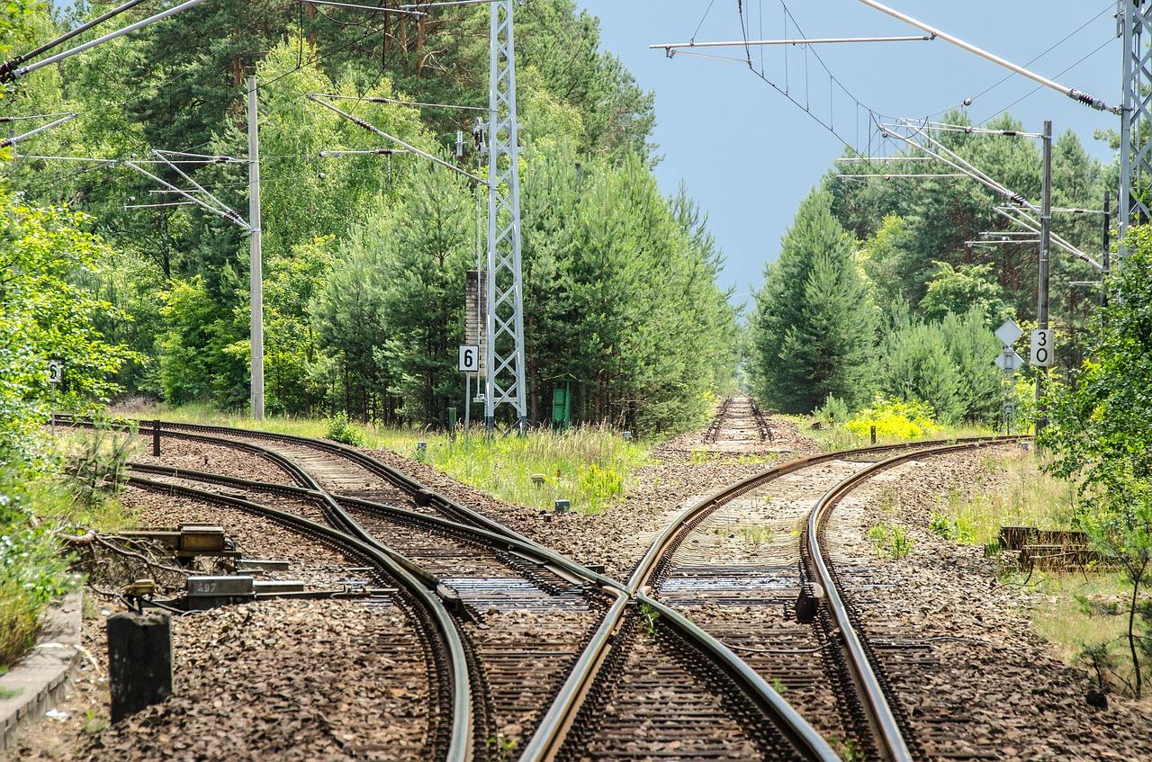 Ein Bahngleis teilt sich in zwei Gleise auf