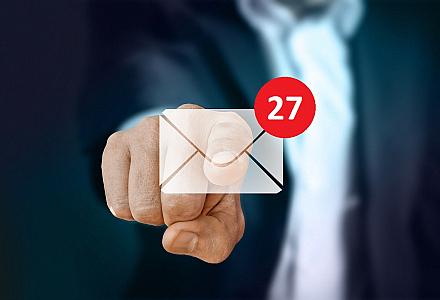 Finger tippt auf E-Mail-Symbol mit 27 neuen Nachrichten