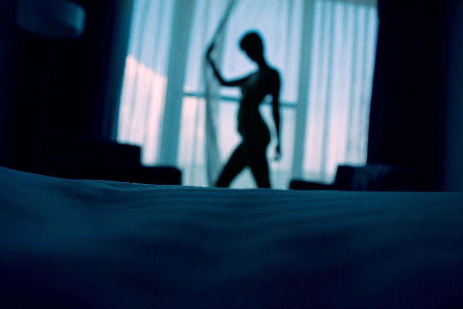 Silouette einer nackten Person vor einem Fenster