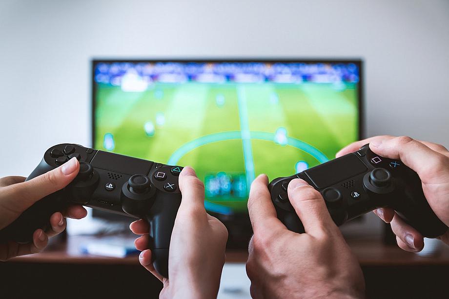 Zwei Menschen spielen Fifa