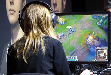 Frau spielt am Computer