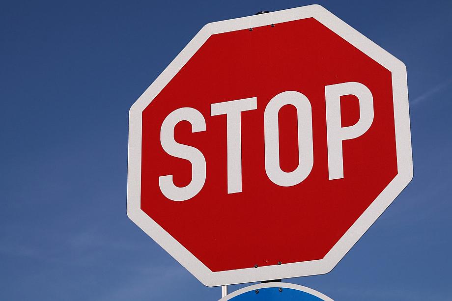 Stop-Schild: Mit dem Handy am Steuer ist man abgelenkt.