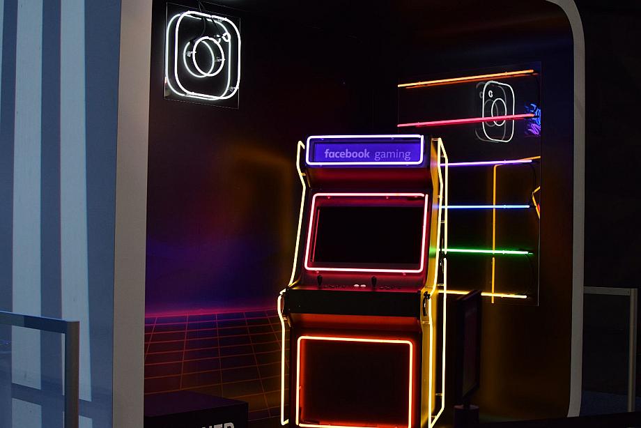 Spielautomat mit Facebook Logo
