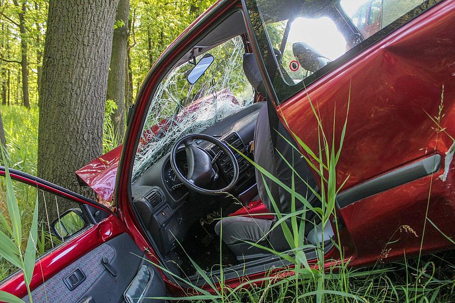 Auto ist vor einen Baum gefahren