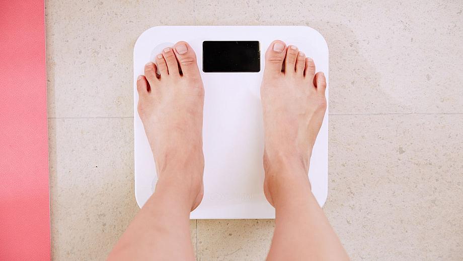 Füße auf einer Körperwaage: Menschen mit einer Essstörung haben oft ein krankhaftes Körpergewicht.