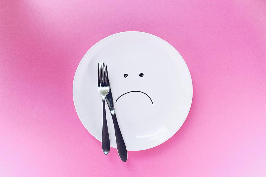 Ein trauriger Teller: Menschen mit Essstörungen ernähren sich häufig ungesund.