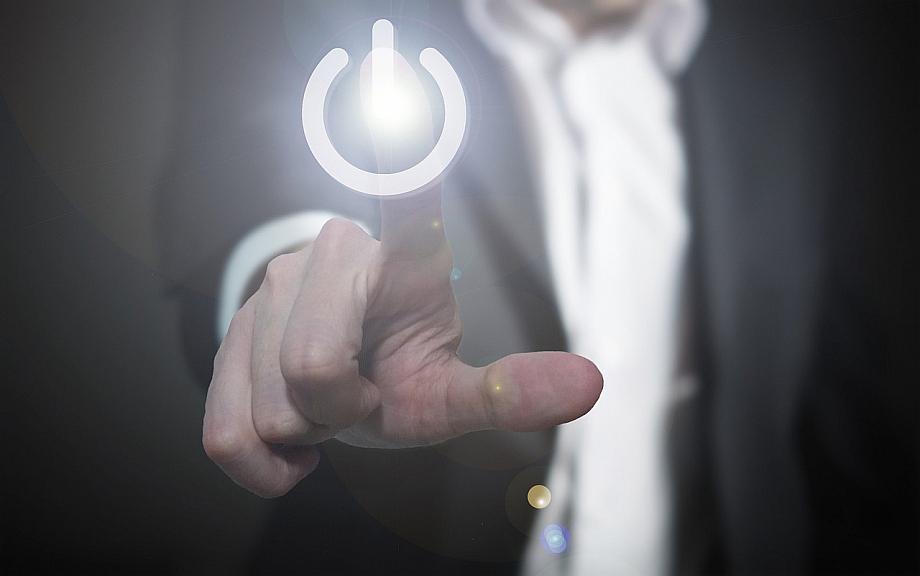 Ein Finger drückt auf einen Power-Knopf