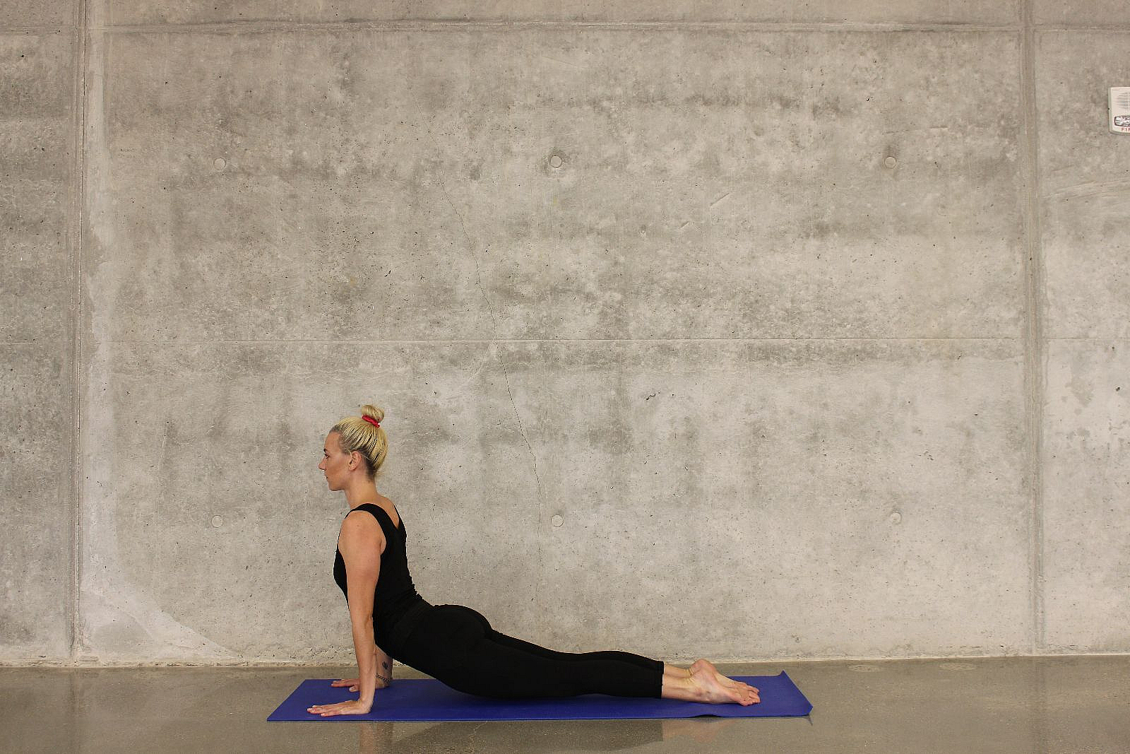 Eine Frau macht Yoga. Bewegung kann bei der medienfreien Morgenroutine helfen, den Kreislauf anzukurbeln.