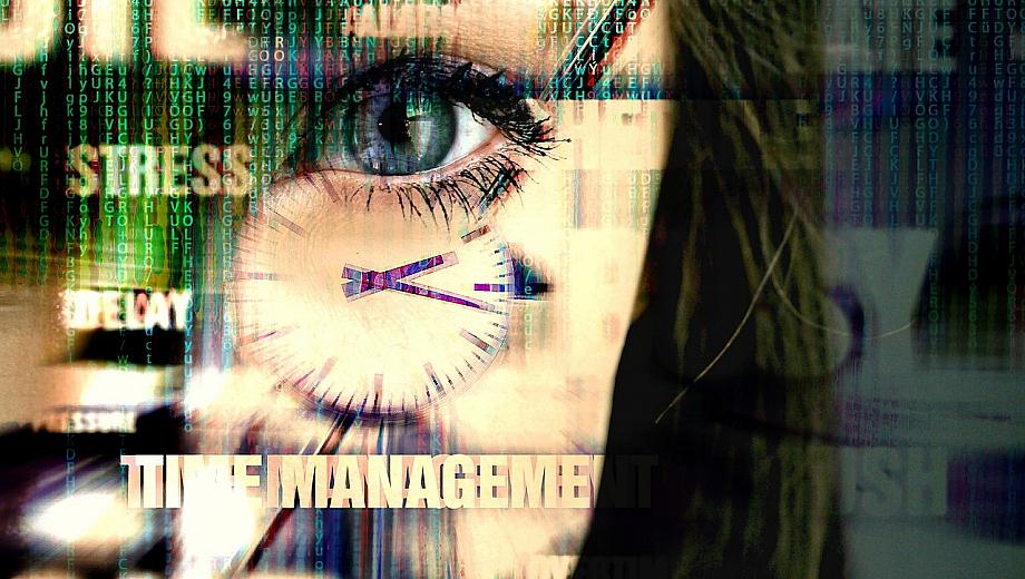 Gesicht einer Frau, darüber verschwommen eine Uhr und die Worte Stress und Zeitmanagement.