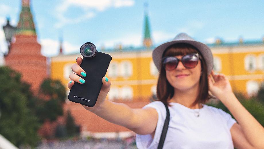 Urlaub ohne Henday-Terror: Touristin macht ein Selfie von sich vor einem historischen Gebäude.