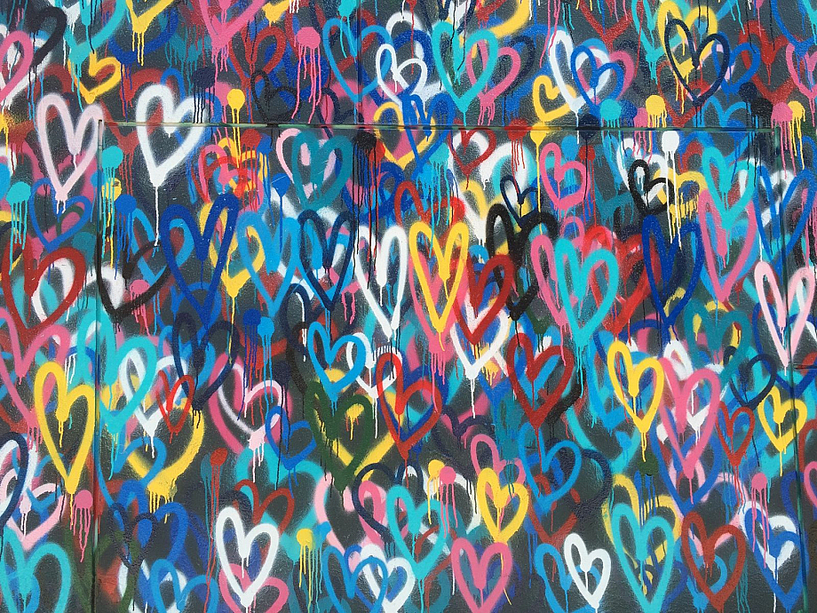 Dutzende Herz-Graffiti an einer Wand