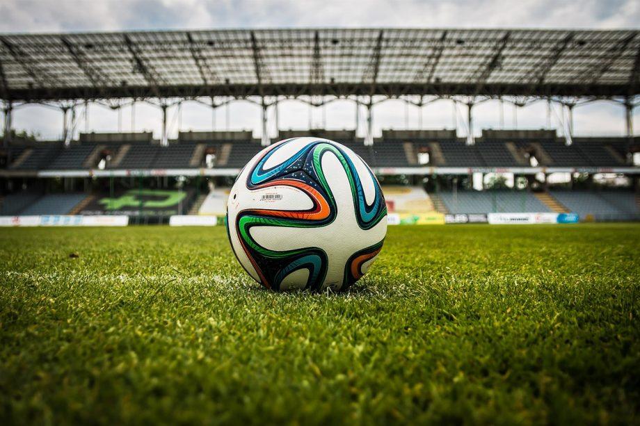 Fußball liegt auf einem Fussballplatz