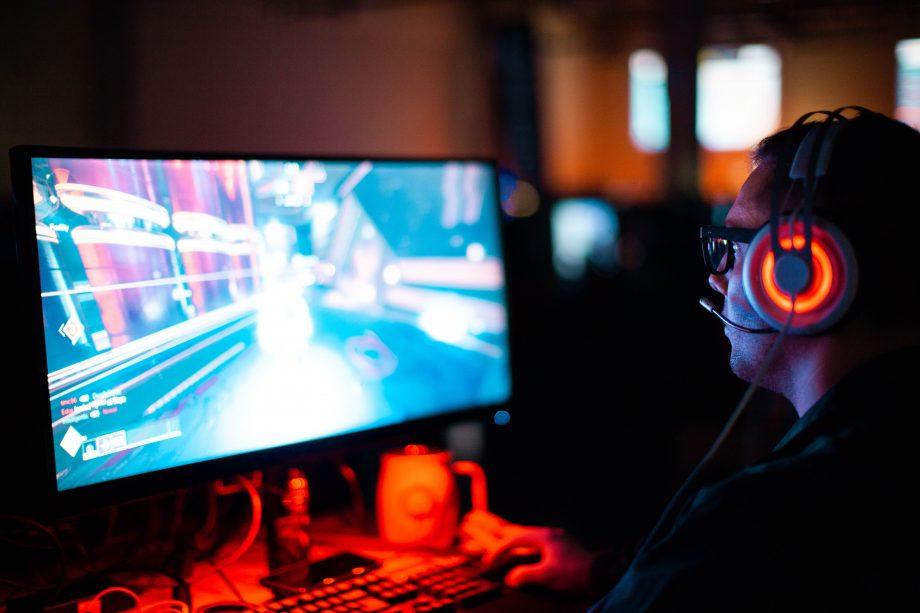 Person spielt am Computer ein Spiel