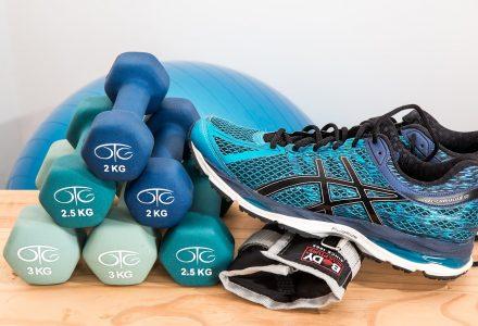 Hanteln, Gymnastikball und Laufschuhe