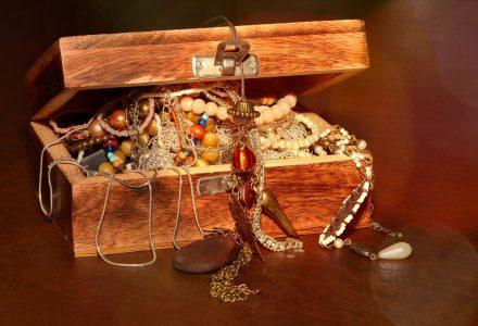 Eine Schatzkiste birgt oft Gold und Juwelen als Belohnung.
