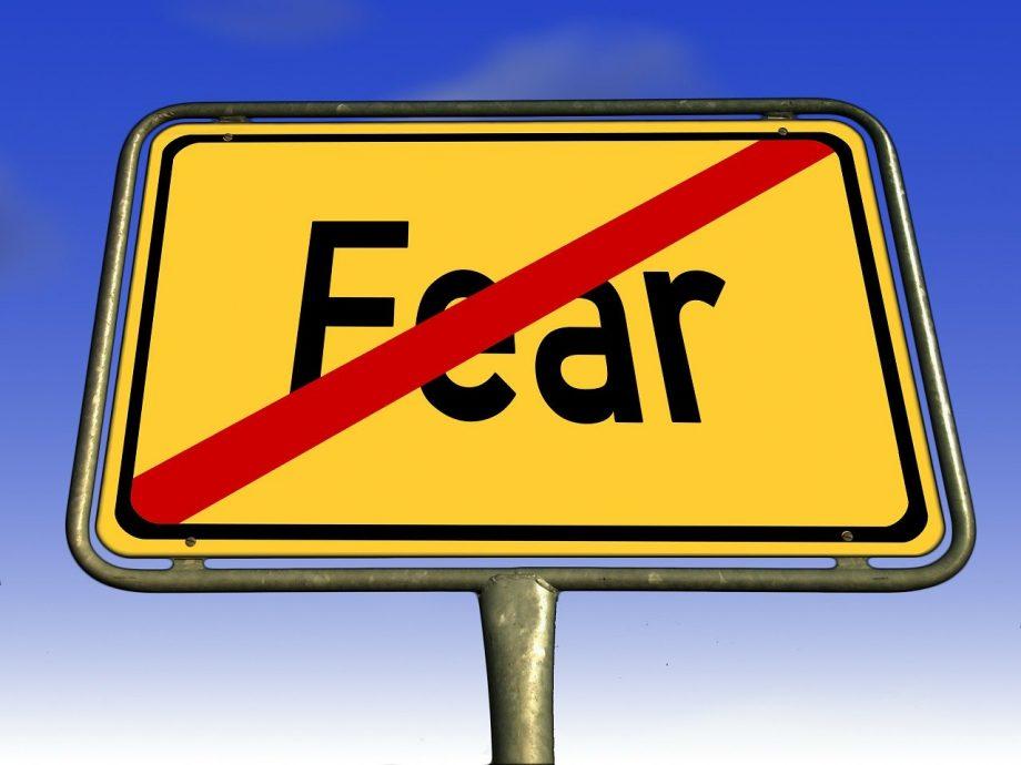 """Ortsschild, auf dem ein durchgestrichenes """"Fear"""" wie in Fear of Missing Out (FOMO) zu lesen ist."""