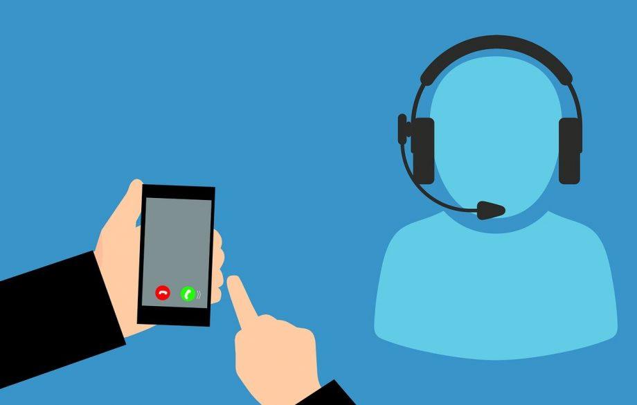 Illustration. Links unten starten zwei Hände gerade einen Anruf mit einem Smartphone. Recht ist eine schemenhafte Figur mit einem Headset zu erkennen.