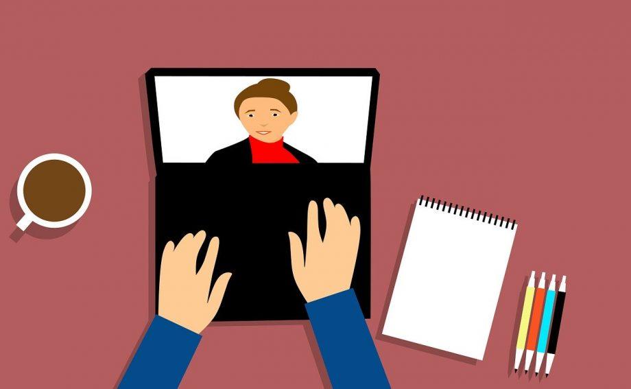 Illustration. Auf einem Tisch steht ein Laptop, auf dessen Tastatur zwei Arme ruhen. Ein Video-Chat läuft.