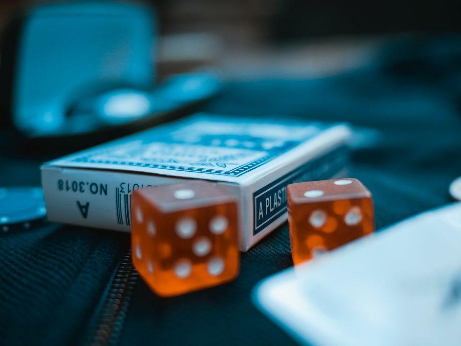 Kartenspiel und zwei Würfel