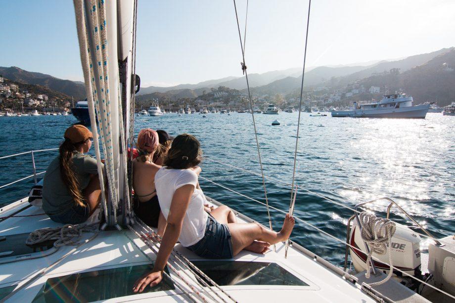 Mehrere Menschen auf einem Segelboot
