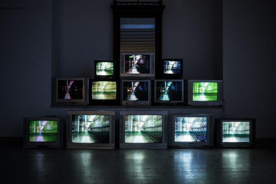 Mehrere Fernsehgeräte, die zu einer Pyramide gestapelt sind