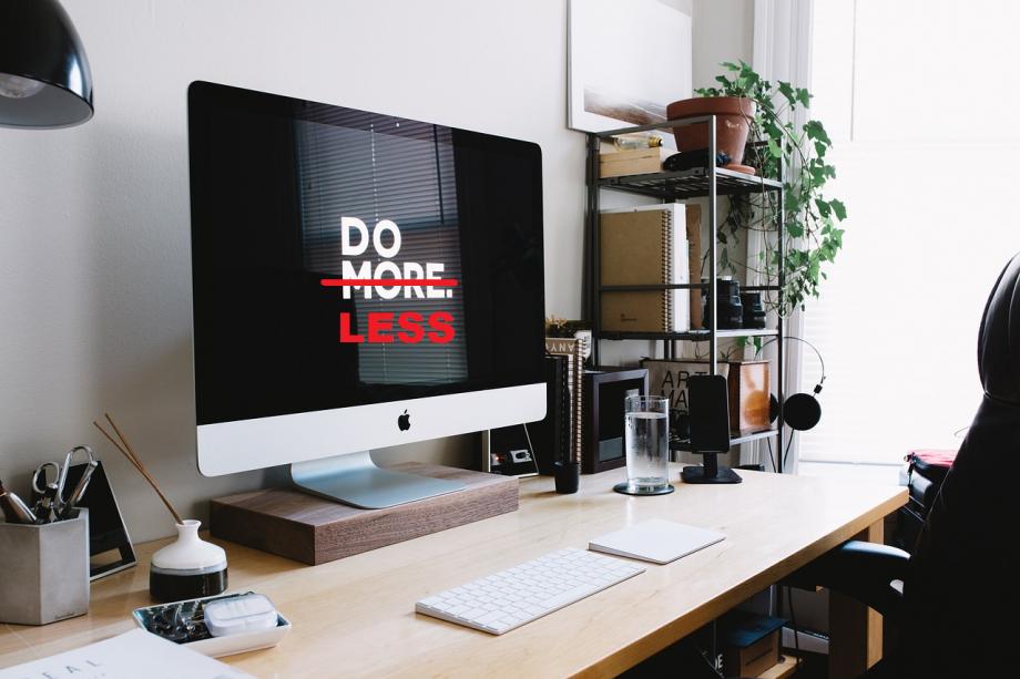 """Auf einem Computerbildschirm steht """"Tue mehr!"""". Das mehr ist jedoch durchgestrichen. Stattdessen steht dort nun """"tue weniger!"""""""