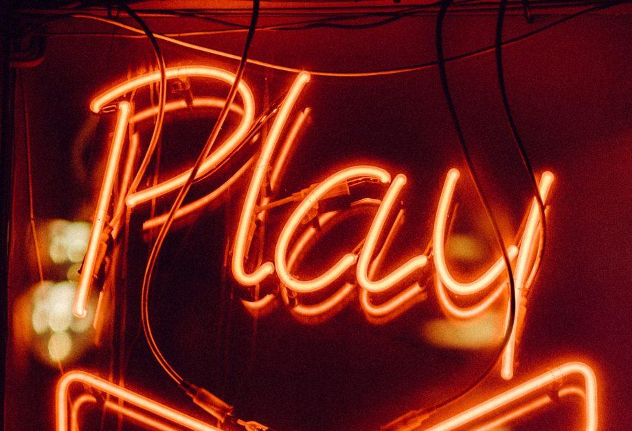 das Wort Play in Leuchtbuchstaben