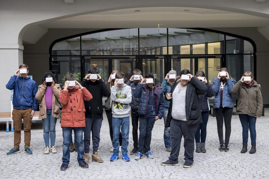 Gruppe Jugendlicher mit selbstgebastelten VR-Brillen fürs Samrtphone