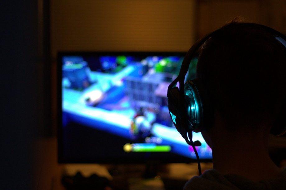 Person spielt am Computer