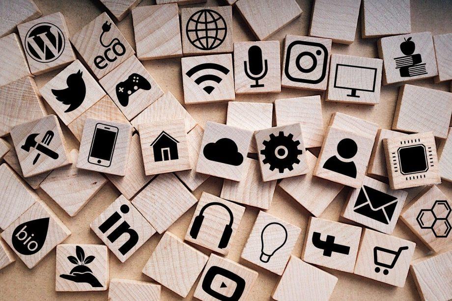 Bauklötze mit Medien-Logos