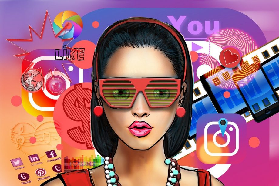 Social Media Logos schwirren um den Kopf einer Frau