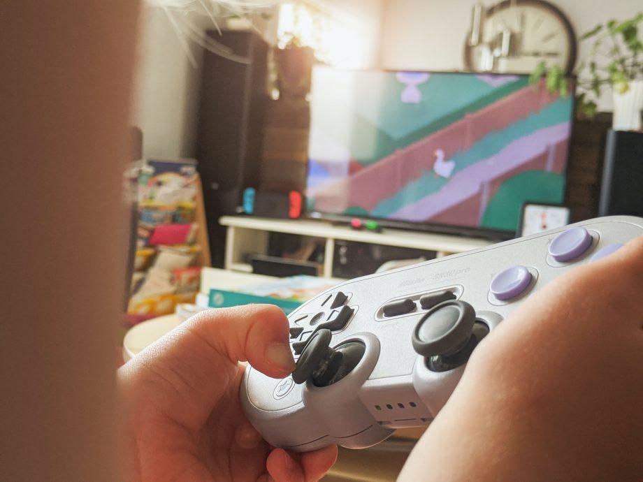 Kind spielt Videospiel