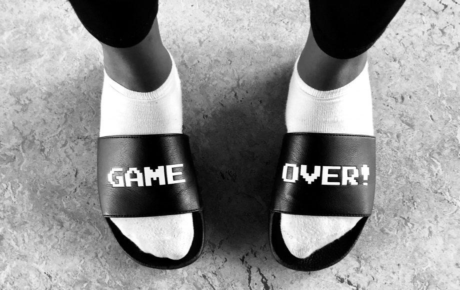 """Badelatschen mit der Aufschrift """"Game Over"""""""