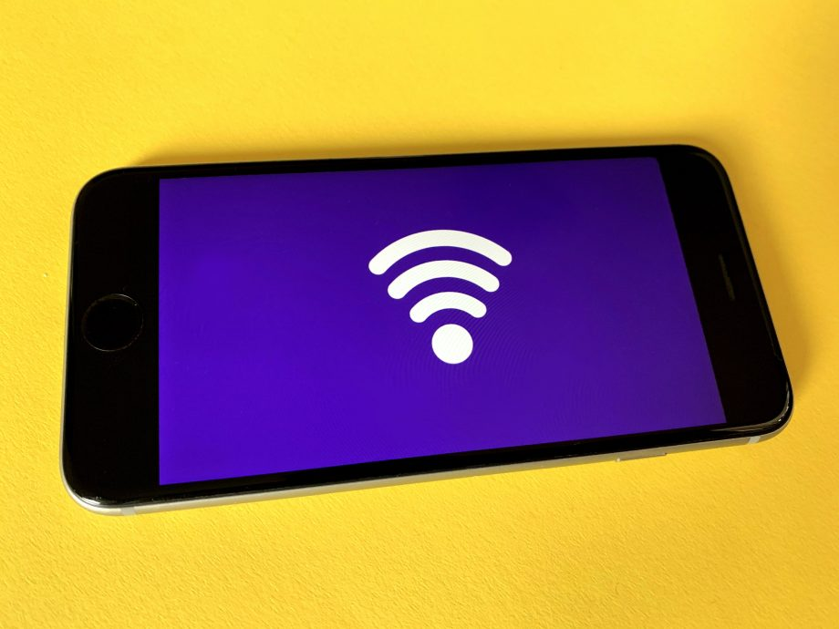 Handy mit WLAN-Symbol