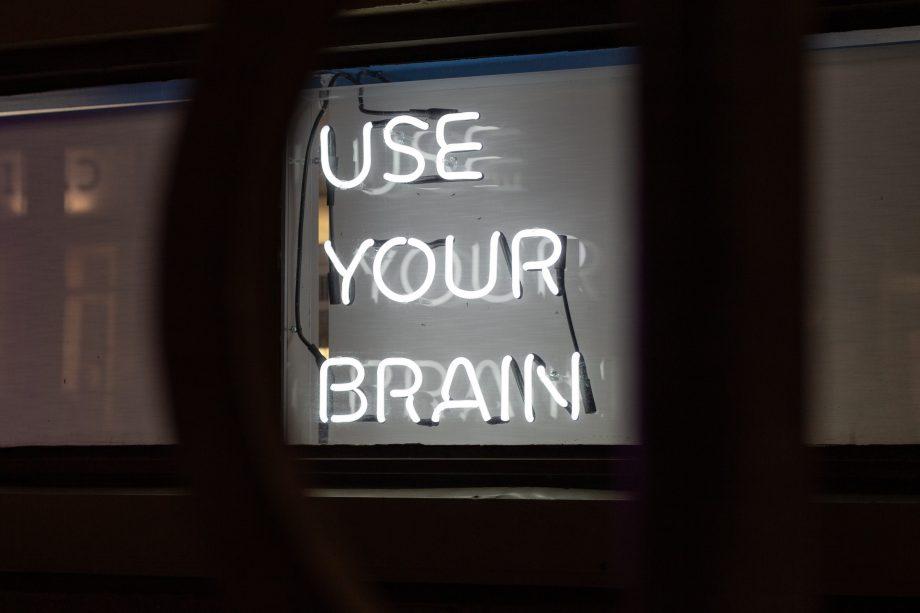 """""""Use your Brain"""" in Leuchtbuchstaben"""