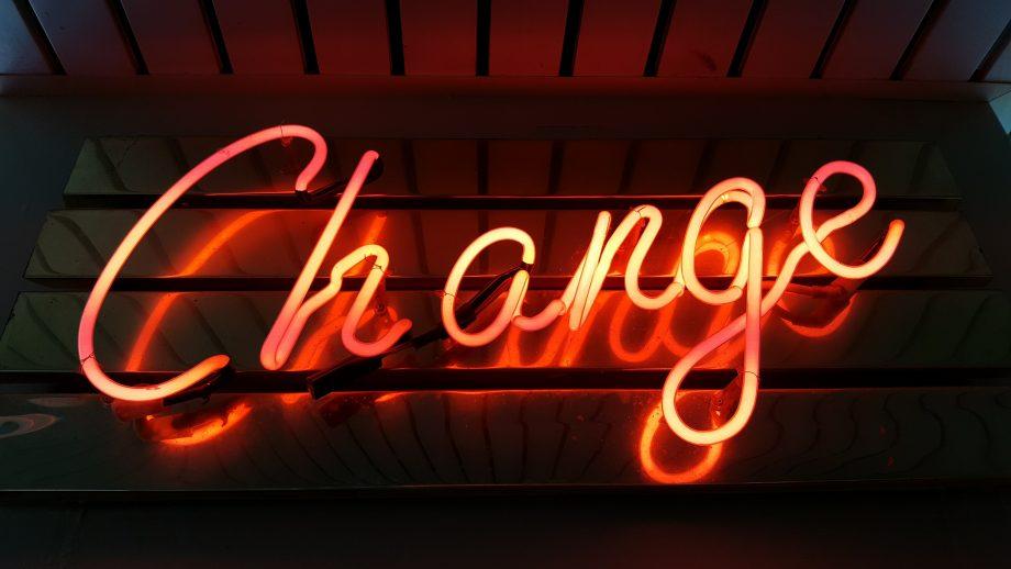 """Das Wort """"Change"""" (Wandel, Veränderung) in Leuchtbuchstaben"""
