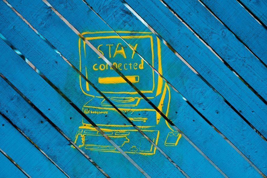 """Computer, auf dessen Bildschirm steht: """"Stay connected"""", bleib verbunden"""
