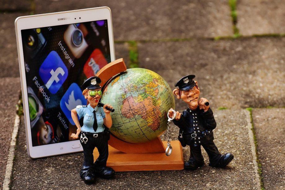 Tablet, Globus und zwei Menschen von der Polizei