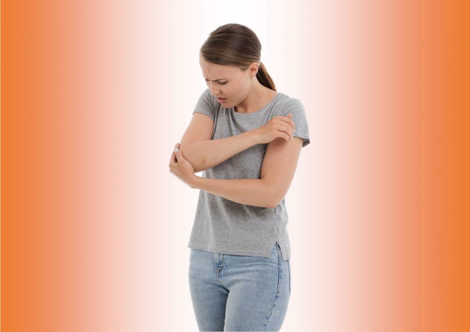 Frau mit schmerzendem Ellbogen