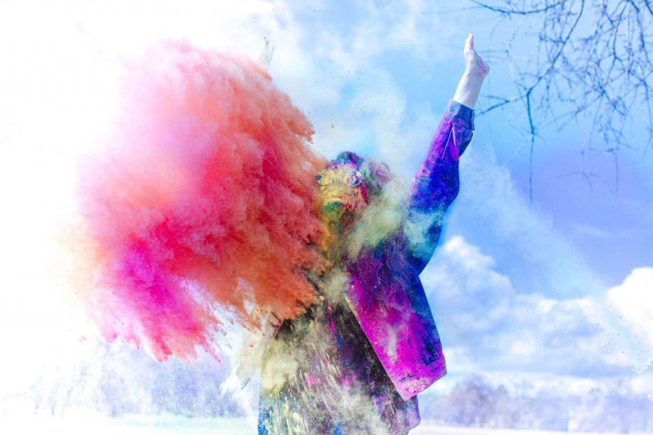 Farbenstaub wird in die Luft geworfen