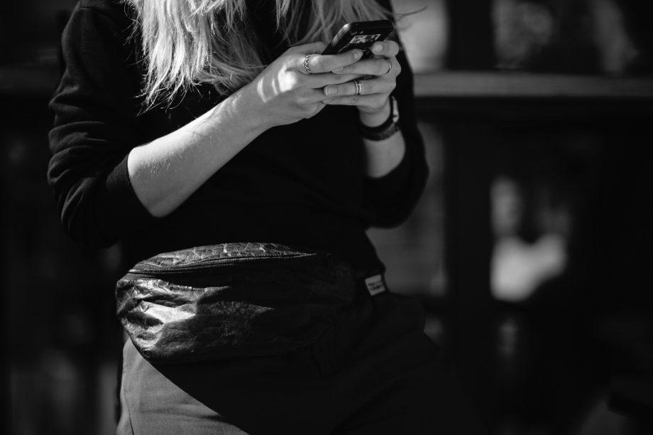Frau mit Handy in beiden Händen